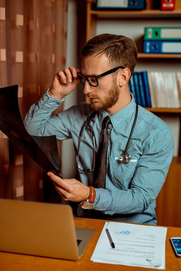 Γιατρός που παρατηρεί την ακτίνα X στοκ εικόνα