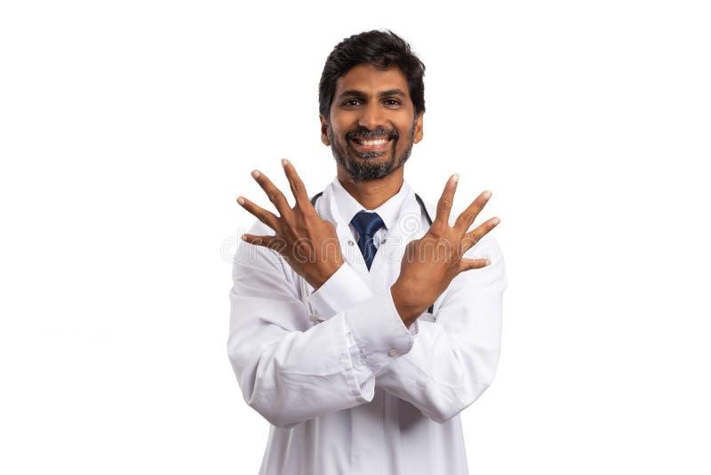 Γιατρός που παρουσιάζει αριθμό τέσσερα και με τα δύο χέρια στοκ φωτογραφία με δικαίωμα ελεύθερης χρήσης
