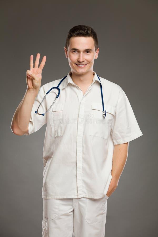 Γιατρός που παρουσιάζει αριθμό τρία στοκ εικόνες