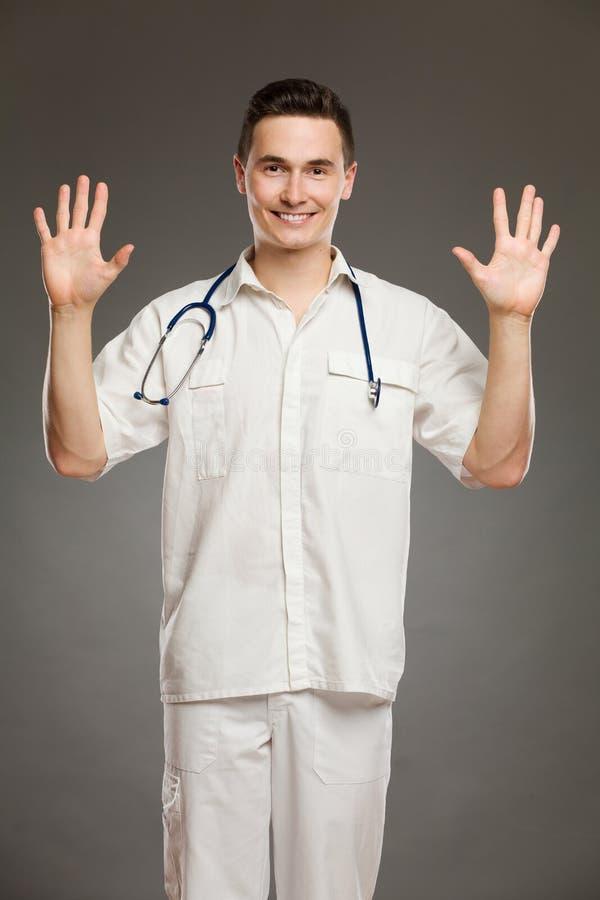 Γιατρός που παρουσιάζει δύο ανοικτά χέρια στοκ φωτογραφία με δικαίωμα ελεύθερης χρήσης