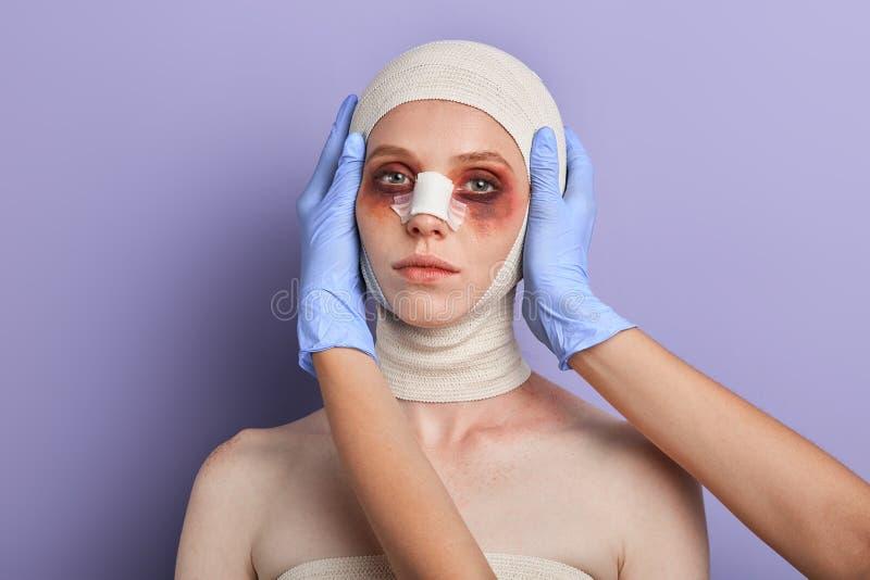 Γιατρός που προετοιμάζει μια γυναίκα για τη λειτουργία στοκ φωτογραφίες με δικαίωμα ελεύθερης χρήσης