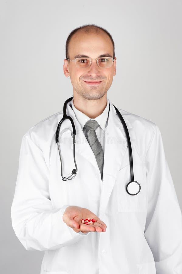 γιατρός που προσφέρει το  στοκ εικόνα