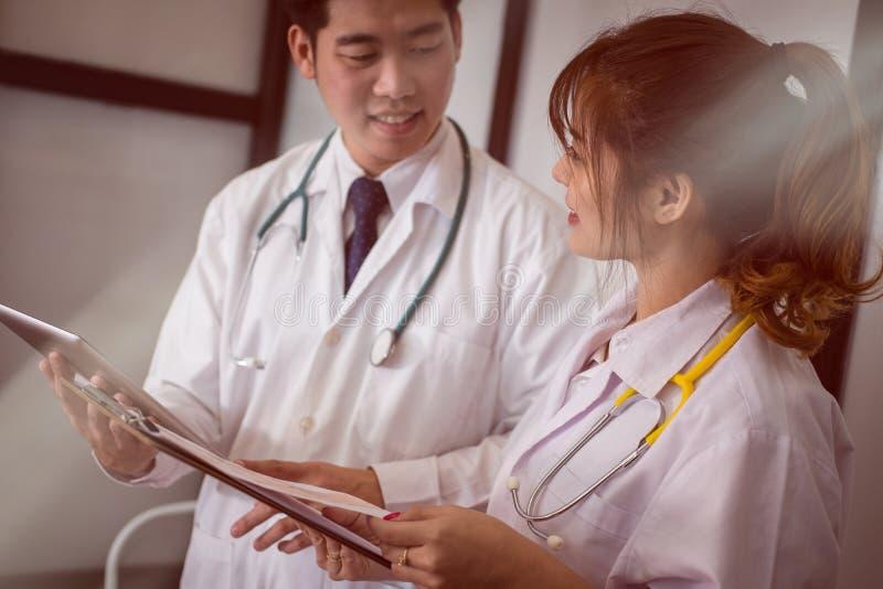 Γιατρός που συζητά την υπομονετική θεραπεία το ιατρικό προσωπικό διοργανώνει τη συνεδρίαση στοκ φωτογραφία