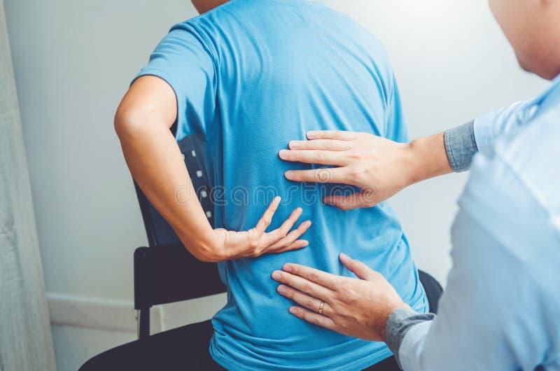 Γιατρός που συσκέπτεται με τα υπομονετικά πίσω προβλήματα τη φυσική έννοια θεραπείας στοκ φωτογραφία