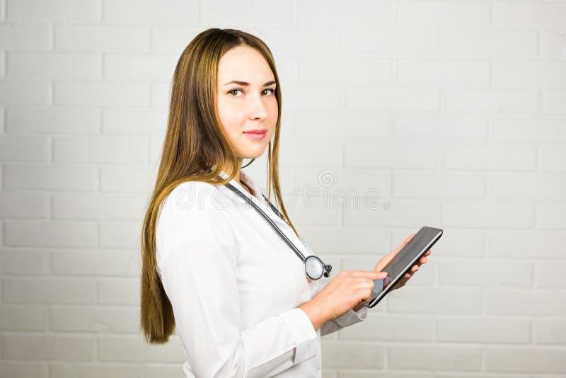 Γιατρός που χρησιμοποιεί έναν υπολογιστή ταμπλετών στοκ εικόνες με δικαίωμα ελεύθερης χρήσης