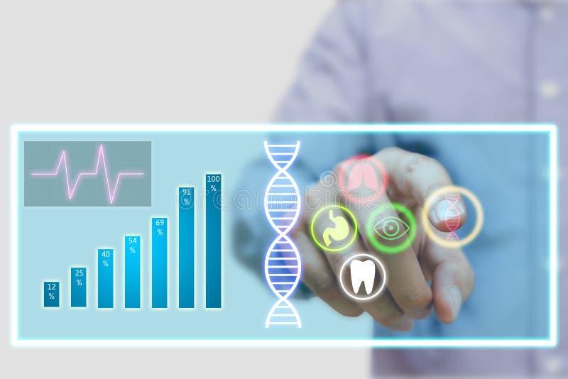 Γιατρός που χρησιμοποιεί τη φουτουριστική τεχνολογία οθόνης αφής για το επιστημονικό ρ στοκ εικόνες με δικαίωμα ελεύθερης χρήσης
