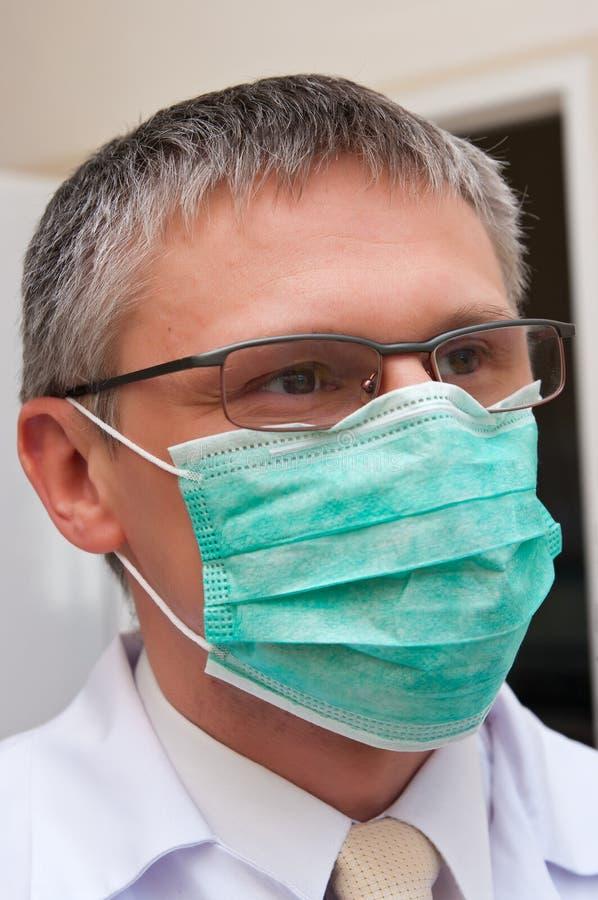 Γιατρός στη μάσκα στοκ εικόνα με δικαίωμα ελεύθερης χρήσης