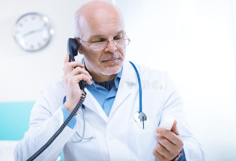 Γιατρός στο τηλέφωνο στοκ φωτογραφίες με δικαίωμα ελεύθερης χρήσης