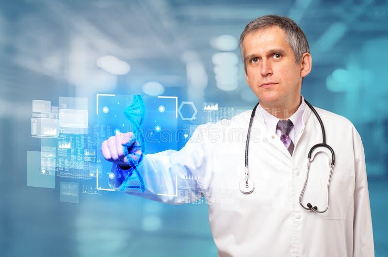 Γιατρός σχετικά με την οθόνη με τη βιολογία και τη γενετική έννοια στοκ φωτογραφία με δικαίωμα ελεύθερης χρήσης