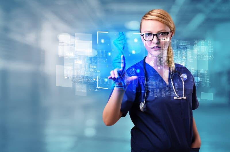 Γιατρός σχετικά με την οθόνη με τη βιολογία και τη γενετική έννοια στοκ φωτογραφία