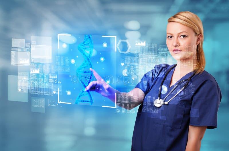 Γιατρός σχετικά με την οθόνη με τη βιολογία και τη γενετική έννοια στοκ εικόνα