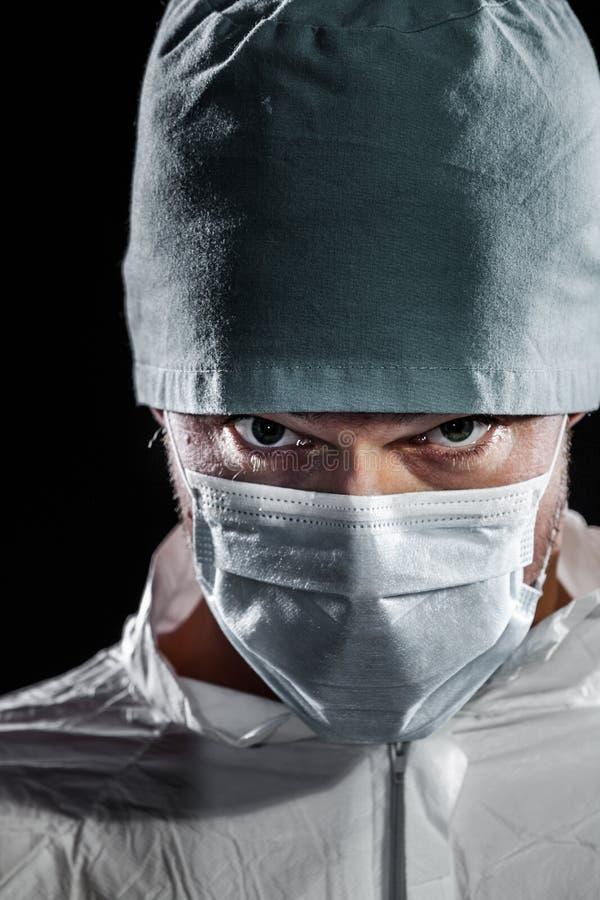 Γιατρός Freaky που εξετάζει τη κάμερα στοκ φωτογραφία με δικαίωμα ελεύθερης χρήσης