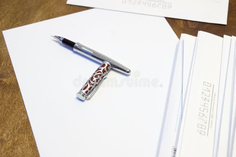 Για να γράψει μια επιστολή σε χαρτί Ένας σωρός των επιστολών στους φακέλους εγγράφου στοκ φωτογραφία με δικαίωμα ελεύθερης χρήσης