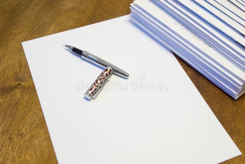 Για να γράψει μια επιστολή σε χαρτί Ένας σωρός των επιστολών στους φακέλους εγγράφου στοκ εικόνες