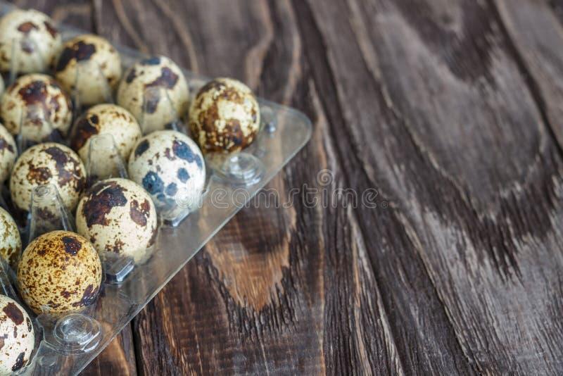 Για τα αυγά ορτυκιών πώλησης σε έναν διαφανή δίσκο, ένας δίσκος για την αποθήκευση των αυγών ορτυκιών, ένα σύμβολο για την εποχή  στοκ εικόνα