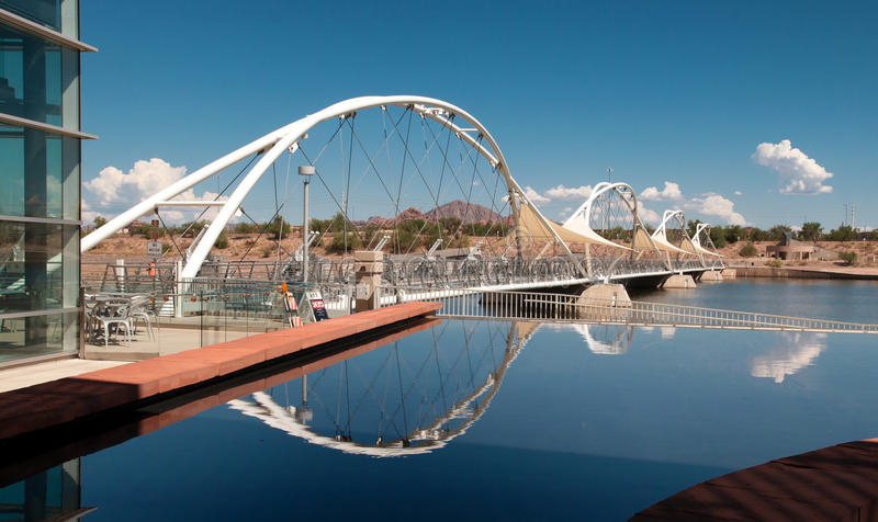 Για τους πεζούς γέφυρα αναστολής πόλης λιμνών Tempe στοκ εικόνες