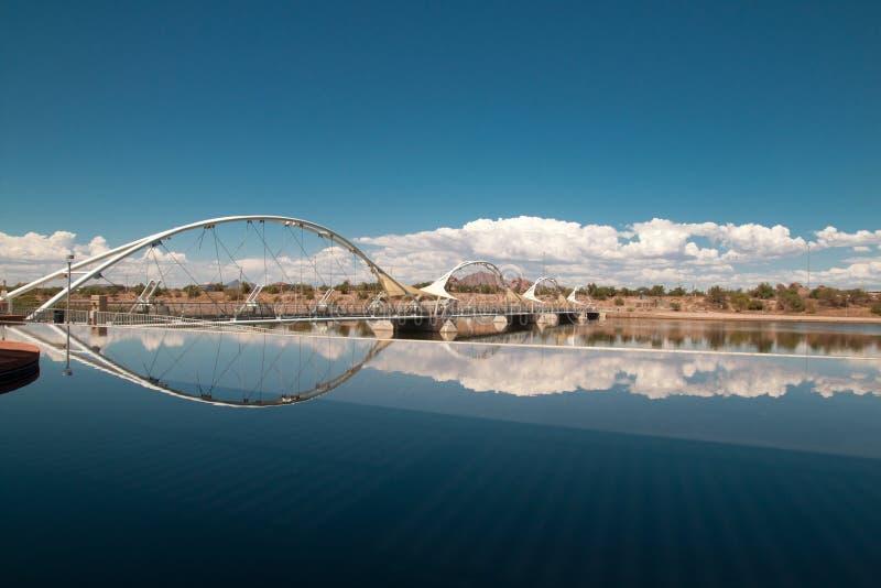 Για τους πεζούς γέφυρα αναστολής πόλης λιμνών Tempe στοκ φωτογραφία