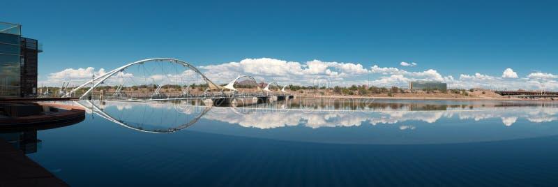 Για τους πεζούς γέφυρα αναστολής πόλης λιμνών Tempe στοκ φωτογραφία με δικαίωμα ελεύθερης χρήσης