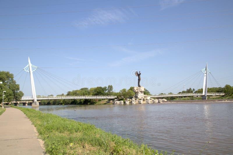 Για τους πεζούς γέφυρα και ο φύλακας της άποψης του Wichita Κάνσας πεδιάδων στοκ φωτογραφίες με δικαίωμα ελεύθερης χρήσης
