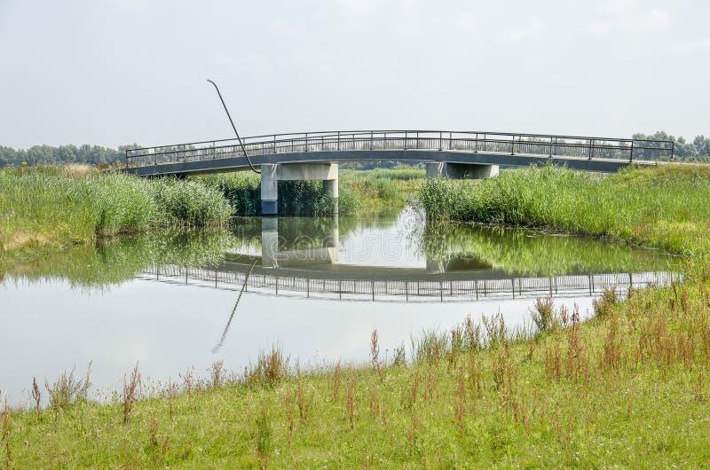 Για τους πεζούς γέφυρα πέρα από έναν κολπίσκο στοκ φωτογραφίες