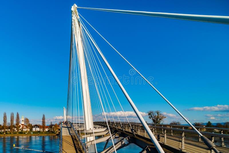 Για τους πεζούς γέφυρα Passerelle πέρα από το Ρήνο μεταξύ Kehl γερμανικά στοκ φωτογραφία