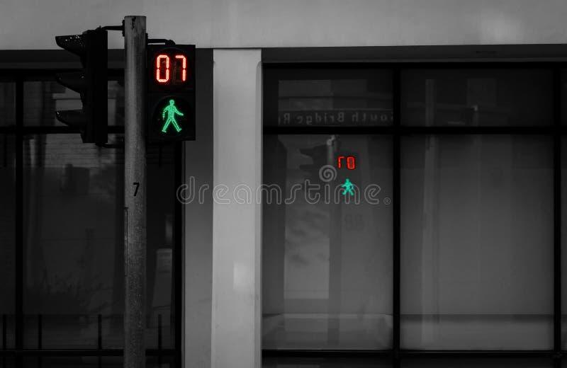 Για τους πεζούς σήματα στον πόλο φωτεινού σηματοδότη Σημάδι για τους πεζούς περάσματος για το χρηματοκιβώτιο για να περπατήσει στ στοκ φωτογραφία με δικαίωμα ελεύθερης χρήσης
