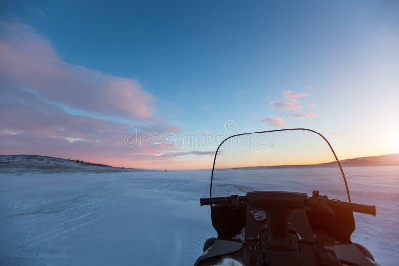 Για όλα τα εδάφη όχημα στο ηλιοβασίλεμα στην έρημο της χιονώδους Σιβηρίας στοκ εικόνες με δικαίωμα ελεύθερης χρήσης