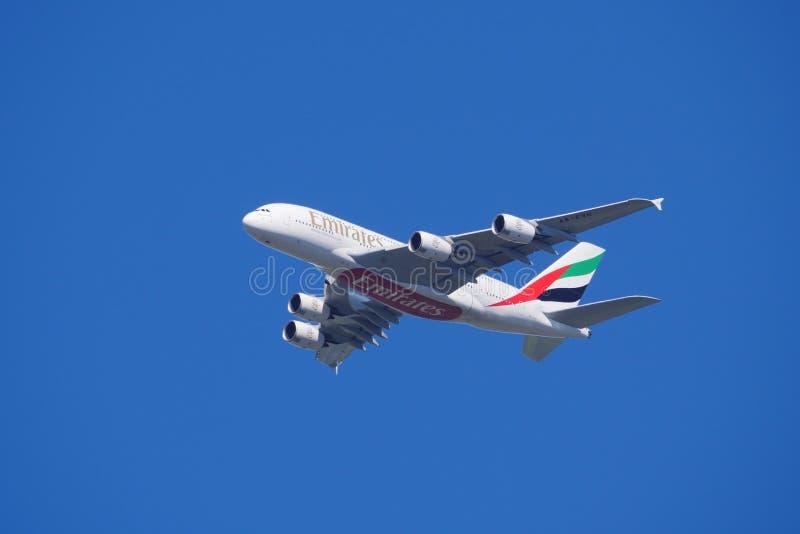 Γιγάντιο αεροπλάνο Α380 των Εμιράτων εν πτήσει στον γαλάζιο ουρανό στοκ φωτογραφία με δικαίωμα ελεύθερης χρήσης