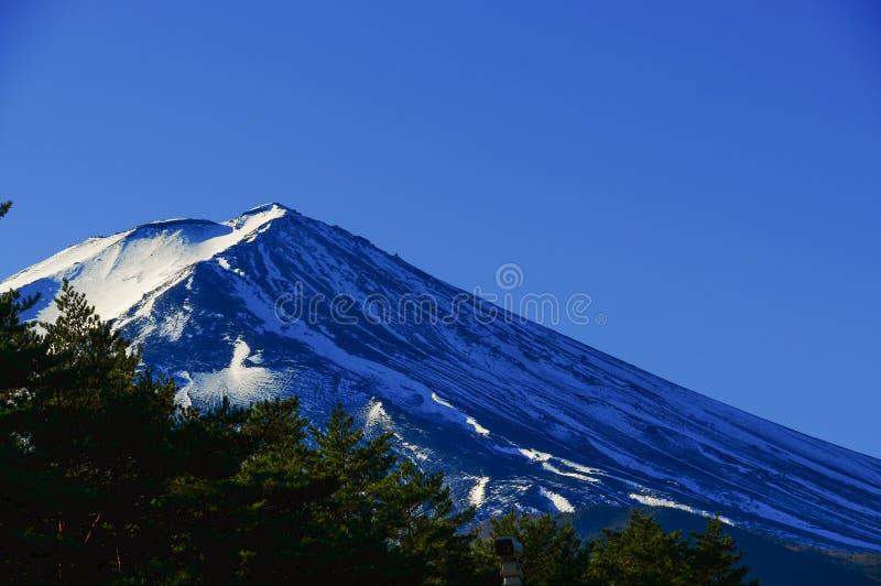 Γιγαντιαία ηφαιστειακή κάλυψη βουνών με το χιόνι στοκ εικόνες με δικαίωμα ελεύθερης χρήσης