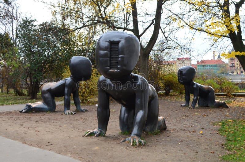 Γιγαντιαία μωρά χαλκού στο πάρκο Kampa στην Πράγα, Δημοκρατία της Τσεχίας στοκ εικόνα με δικαίωμα ελεύθερης χρήσης