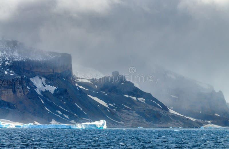 Γιγαντιαία παγόβουνα από την ανταρκτική ακτή στοκ φωτογραφίες με δικαίωμα ελεύθερης χρήσης