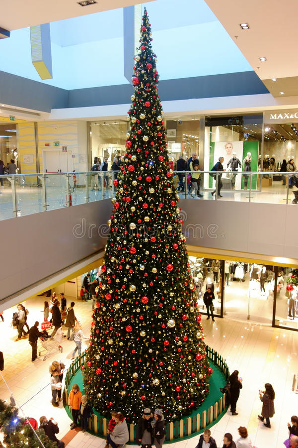 Γιγαντιαία Χριστούγεννα λεωφόρων αγορών χριστουγεννιάτικων δέντρων στοκ εικόνες με δικαίωμα ελεύθερης χρήσης