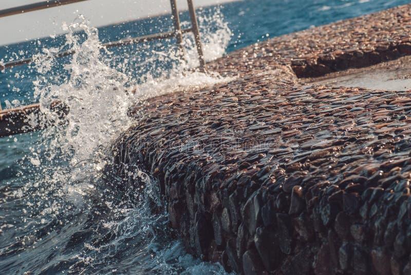 Γιγαντιαία ωκεάνια κύματα που χτυπούν την αποβάθρα πετρών κατά τη διάρκεια της θύελλας Θερινή φρέσκια εικόνα διακοπών στοκ εικόνα