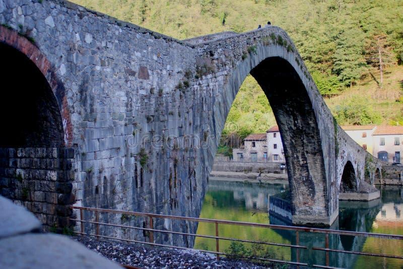Γιγαντιαίοι αψίδες και στυλοβάτες της μεσαιωνικής γέφυρας της Maddalena della Ponte στοκ εικόνα με δικαίωμα ελεύθερης χρήσης