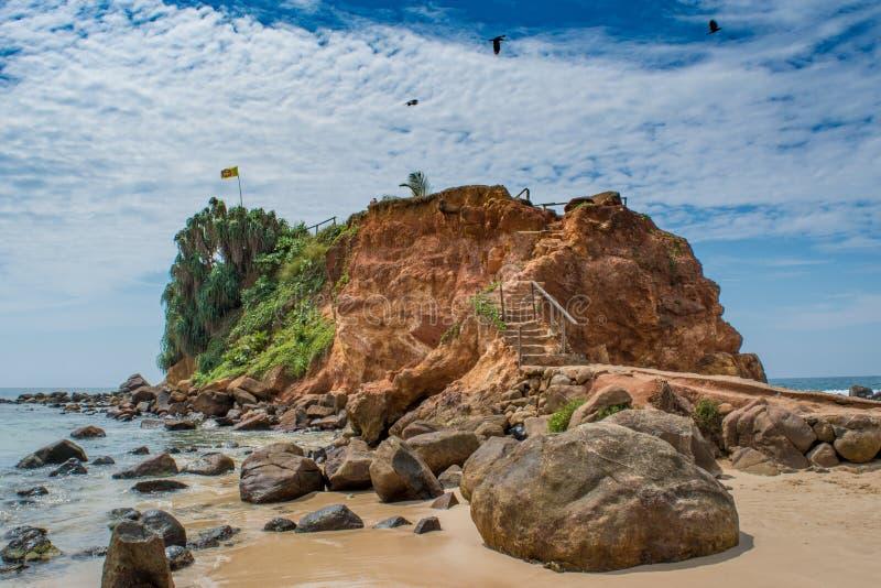 Γιγαντιαίος βράχος στην ακτή του ωκεανού στοκ εικόνες