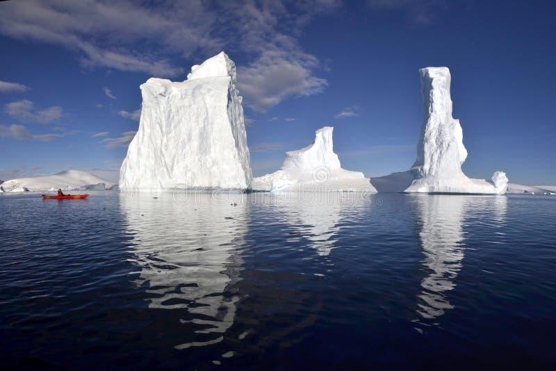 Γιγαντιαίος πάγος Kayaking amoungst στοκ φωτογραφία