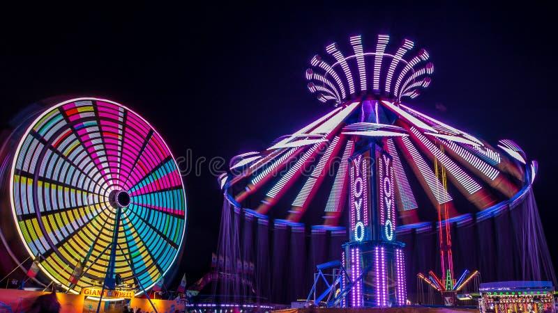 Γιγαντιαίος ροδών και Yo-Yo Ferris γύρος διασκέδασης στοκ εικόνες