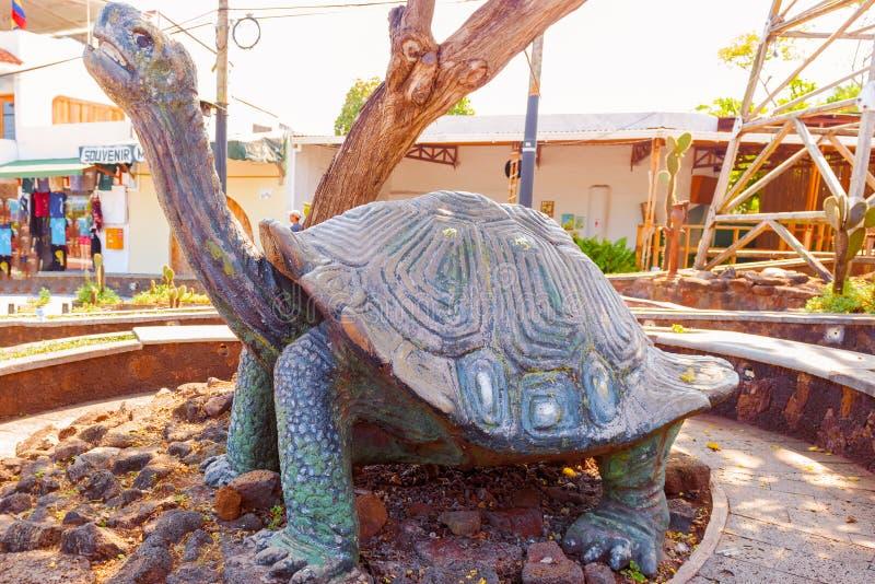 Γιγαντιαίο άγαλμα Tortoise σε Puerto Ayora στο νησί Santa Cruz στο Γ στοκ φωτογραφία με δικαίωμα ελεύθερης χρήσης