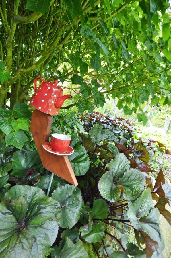Γιγαντιαίο κεραμικό teapot, φλυτζανιών και πιατακιών γλυπτό διακοσμήσεων κήπων στοκ φωτογραφία