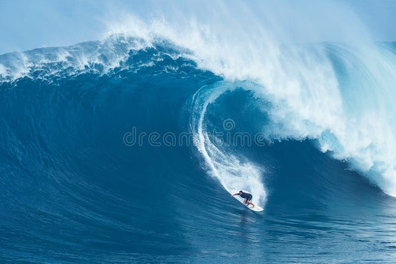 Γιγαντιαίο κύμα γύρων Surfer στα σαγόνια στοκ φωτογραφία με δικαίωμα ελεύθερης χρήσης