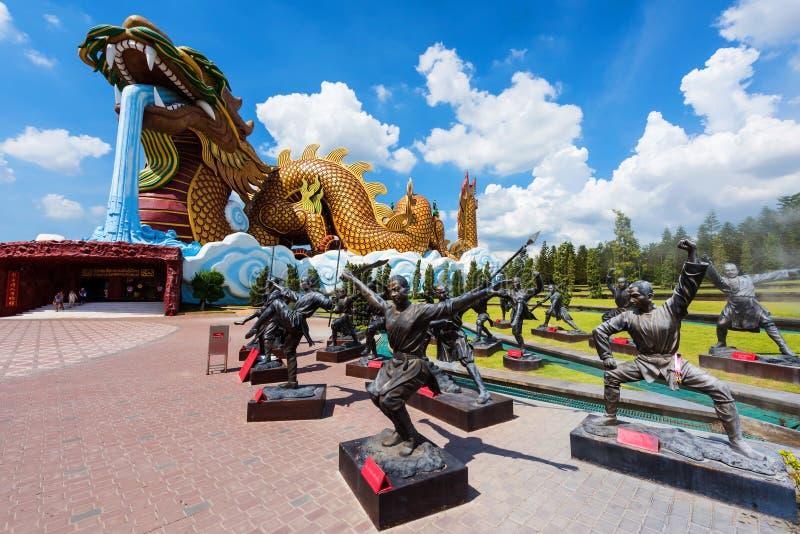 Γιγαντιαίο μνημείο δράκων και κινεζικό άγαλμα Kung fu στοκ φωτογραφία με δικαίωμα ελεύθερης χρήσης