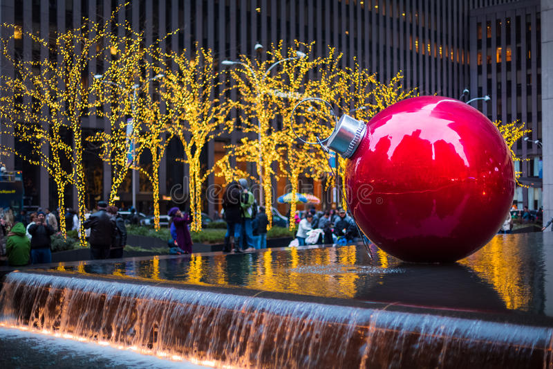 Γιγαντιαίο μπιχλιμπίδι Χριστουγέννων στη Νέα Υόρκη στοκ εικόνα με δικαίωμα ελεύθερης χρήσης