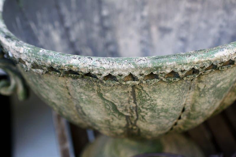 Γιγαντιαίο παλαιό πράσινο εκλεκτής ποιότητας βάζο πετρών στοκ εικόνα