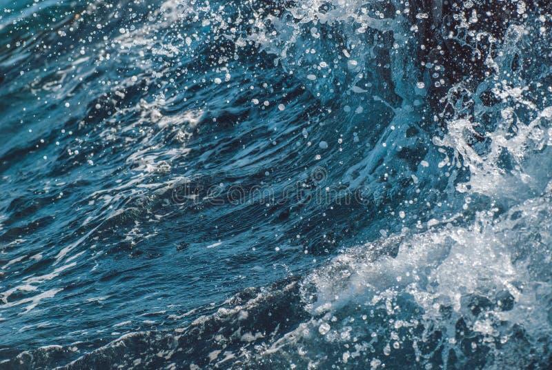 Γιγαντιαίο ωκεάνιο κύμα κατά τη διάρκεια της θύελλας Θερινή φρέσκια εικόνα διακοπών στοκ εικόνα