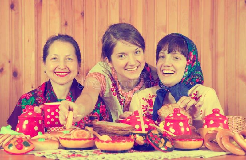 γιορτάζοντας γυναίκες shrovetide στοκ φωτογραφίες με δικαίωμα ελεύθερης χρήσης