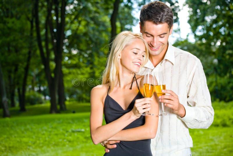 γιορτάζοντας ζεύγος υπαίθρια στοκ φωτογραφίες