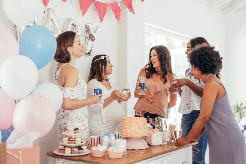 Γιορτάζοντας κόμμα ντους μωρών εγκύων γυναικών με τους φίλους στοκ φωτογραφίες