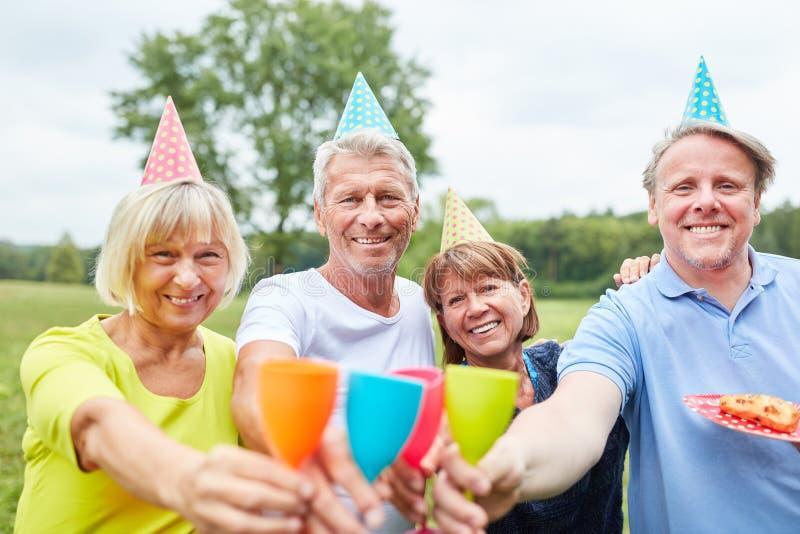 Γιορτάζοντας πρεσβύτεροι με τους ζωηρόχρωμους κώνους στοκ εικόνα με δικαίωμα ελεύθερης χρήσης