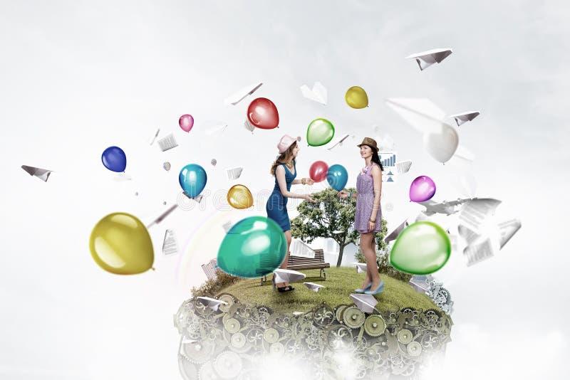 Γιορτάστε την επιτυχία ή την επέτειό τους Μικτά μέσα στοκ φωτογραφία με δικαίωμα ελεύθερης χρήσης