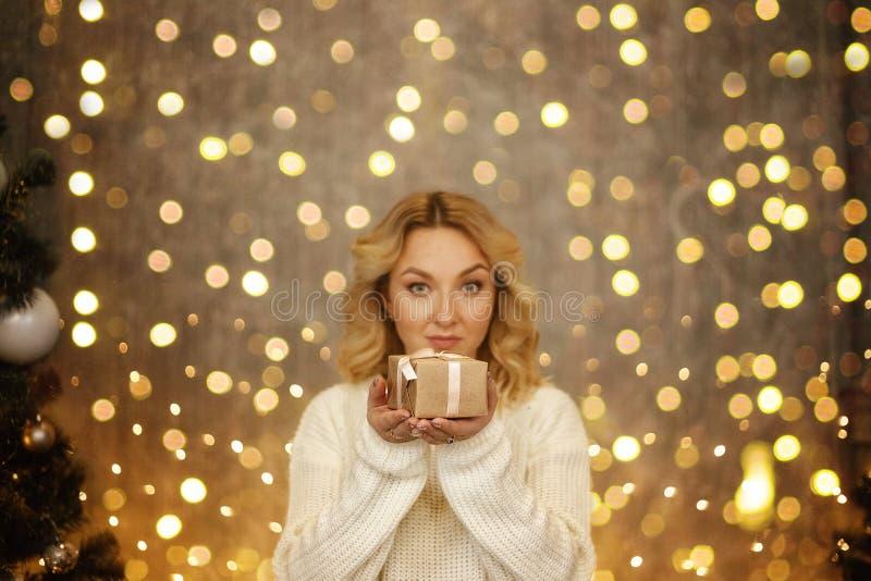 Γιορτάστε το έτος 2018 Χέρι γυναικών που κρατά το χρυσό κιβώτιο δώρων για τα Χριστούγεννα και το υπόβαθρο καλής χρονιάς 2018 στοκ φωτογραφία με δικαίωμα ελεύθερης χρήσης
